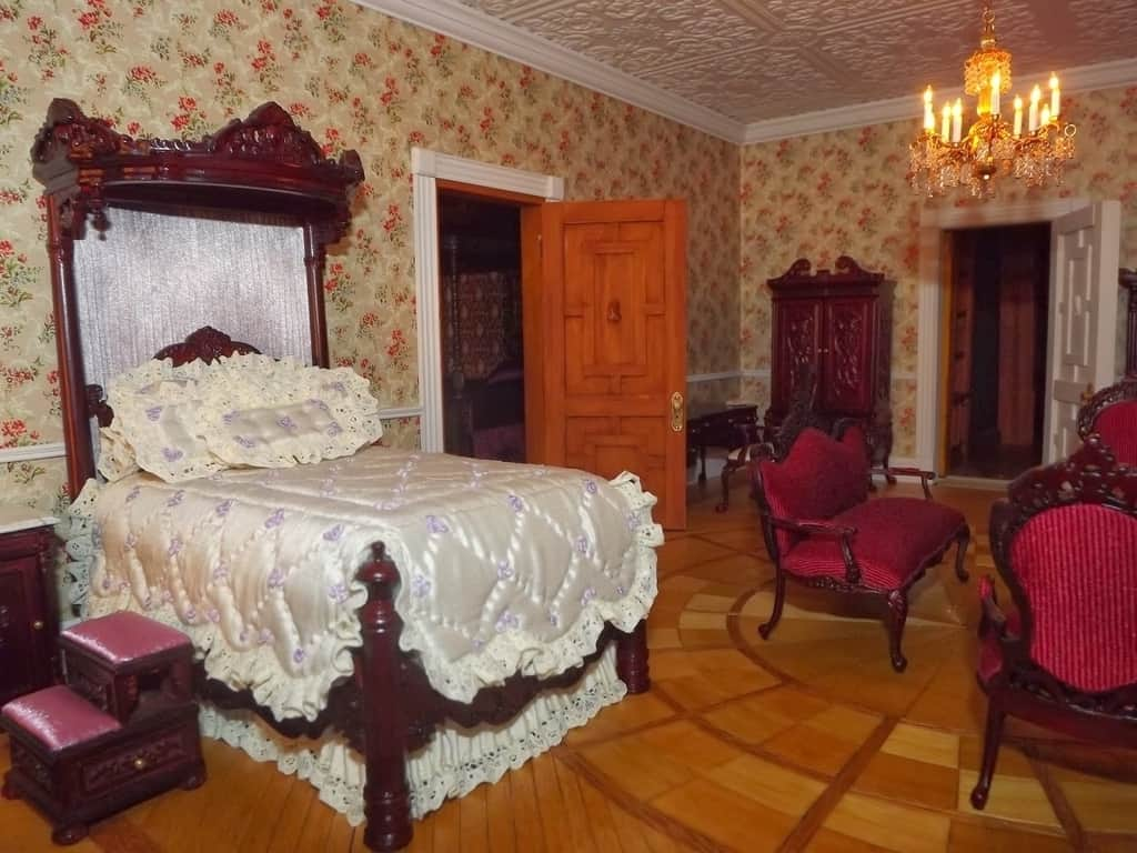 Decorating trends 2017 victorian bedroom house interior for Bedroom ideas hanging pictures